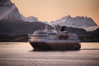 Die MS Polarlys passiert vor Svolvær, Copyright: insidenorway