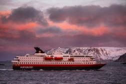 Die MS Nordnorge passiert in Havøsund, Copyright: insidenorway